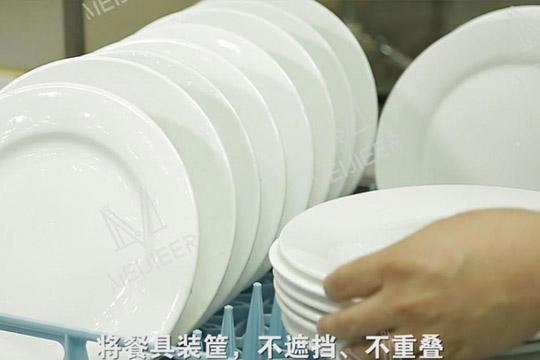 食堂洗碗机装筐